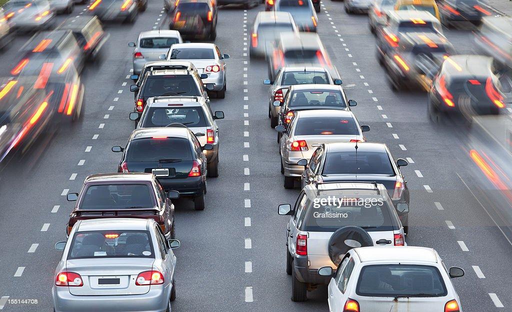 Autos in der rush hour mit Verkehr in der Abenddämmerung : Stock-Foto