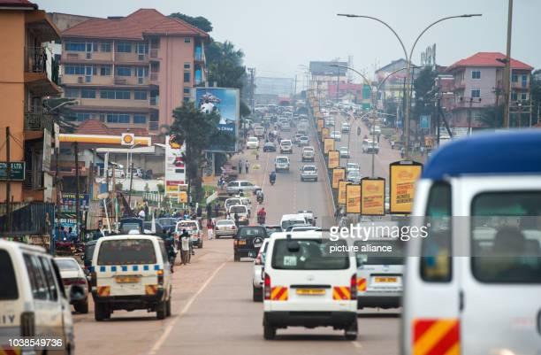 Cars make their way along a street between Kampala and Entebbe, Uganda, 22 November 2015. Photo:Bernd von Jutrczenka/dpa   usage worldwide