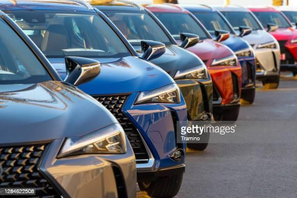 suv-autos auf einem parkplatz - landfahrzeug stock-fotos und bilder