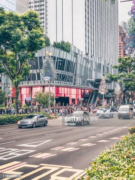 coches en la calle comercial orchard road en singapur - orchard road fotografías e imágenes de stock