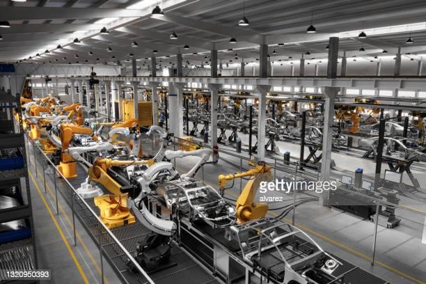 autos am produktionsband im werk - herstellendes gewerbe stock-fotos und bilder