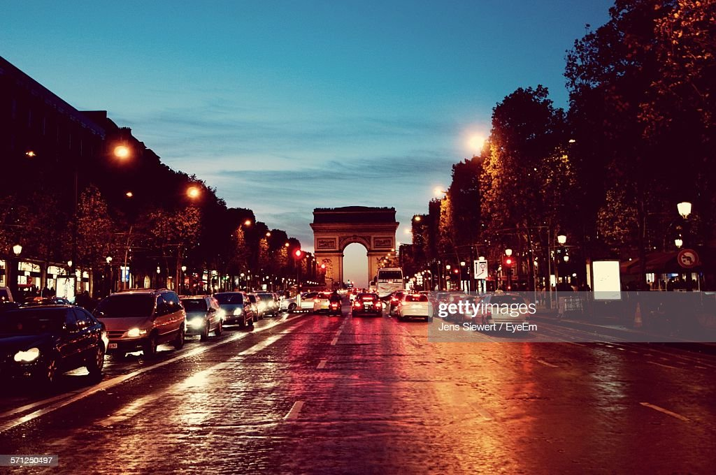 Cars On Road Against Arc De Triomphe At Night : Stock-Foto