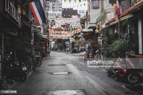 cars on street amidst buildings in city - hua hin thailand stock pictures, royalty-free photos & images