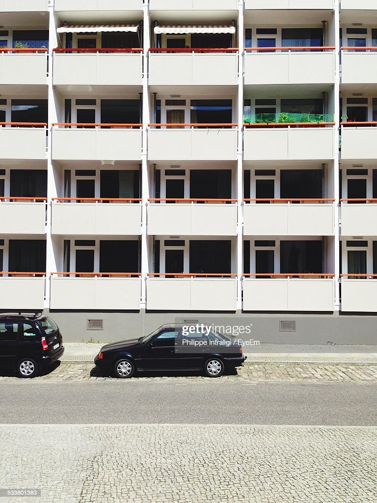 Cars Parked In Front Of Building : Foto stock