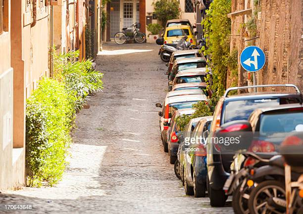 Autos geparkt narrow street