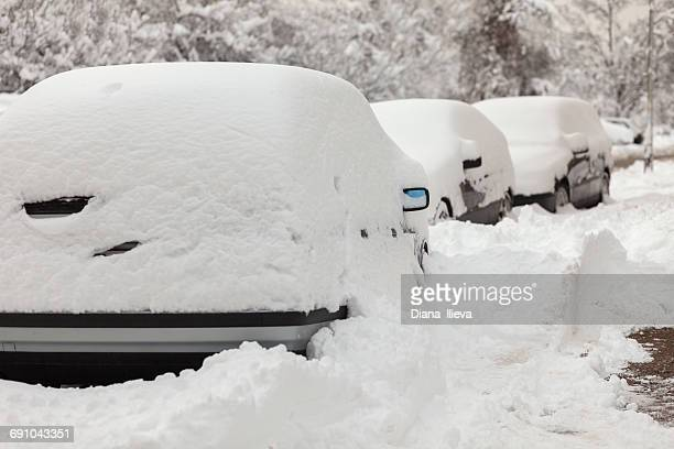 cars parked in road buried under heavy snow - deep snow stock pictures, royalty-free photos & images