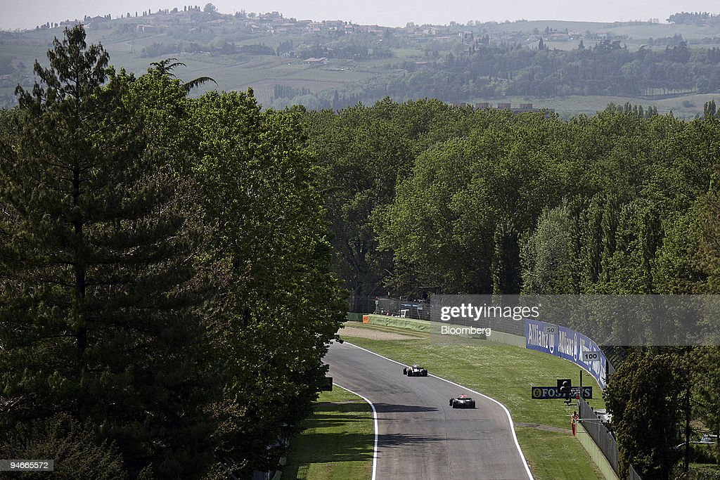 Cars speed around the track during the first practice day fo : News Photo