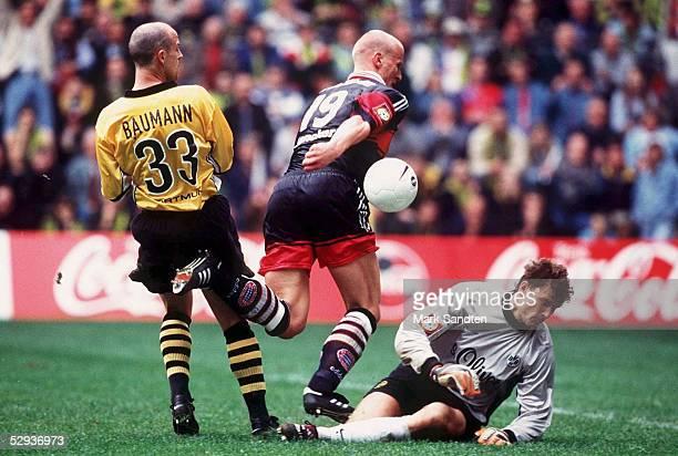 BAUMANN rechts Torwart Jens LEHMANN/Dortmund