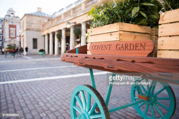 a cart and crates in covent garden - covent garden - fotografias e filmes do acervo