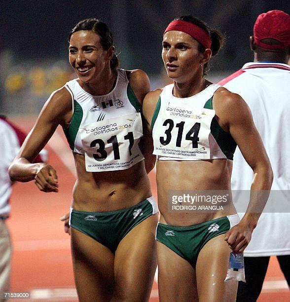 Ana Guevara y Mayra Gonzalez de Mexico celebran luego de ganar la medalla de Oro en la prueba relevos 4 x 400 el 29 de julio de 2006 en Cartagena de...