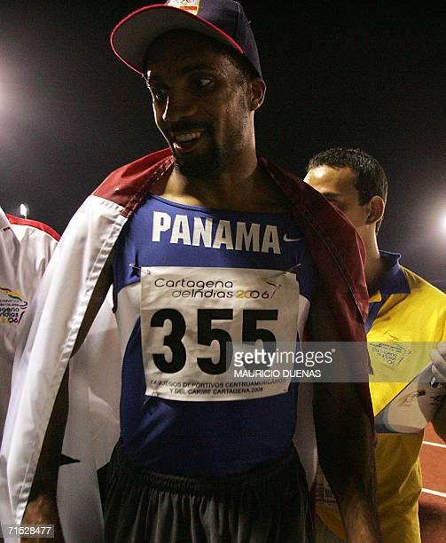 Bayano Kamani de Panama celebra tras ganar la medalla de oro en los 400 metros con vallas el 27 de julio de 2006 durante los XX Juegos Deportivos...