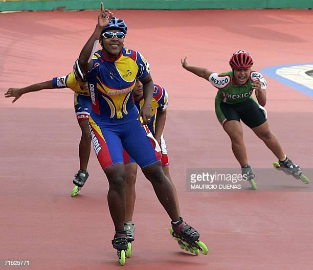 Berenice Moreno de Colombia celebra al cruzar la meta en la prueba de los 500 mt femeninos y obtener la medalla de Oro durante los XX Juegos...