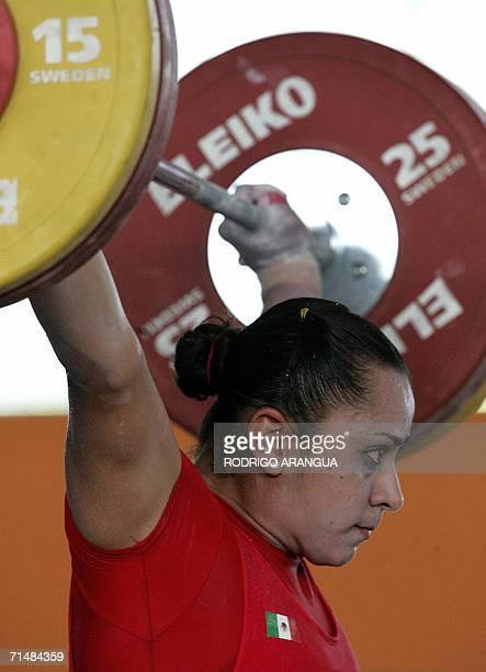 Damaris Aguirre de Mexico levanta pesas durante la prueba de 75Kg Arranque para ganar la medalla de Plata el 19 de julio de 2006 en Cartagena durante...
