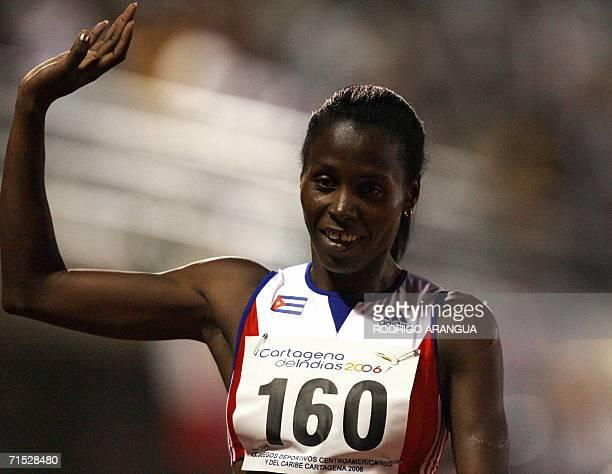 Deimy Permia de Cuba celebra tras ganar medalla de Oro en los 400 metros con vallas el 27 de julio de 2006 durante los XX Juegos Deportivos...