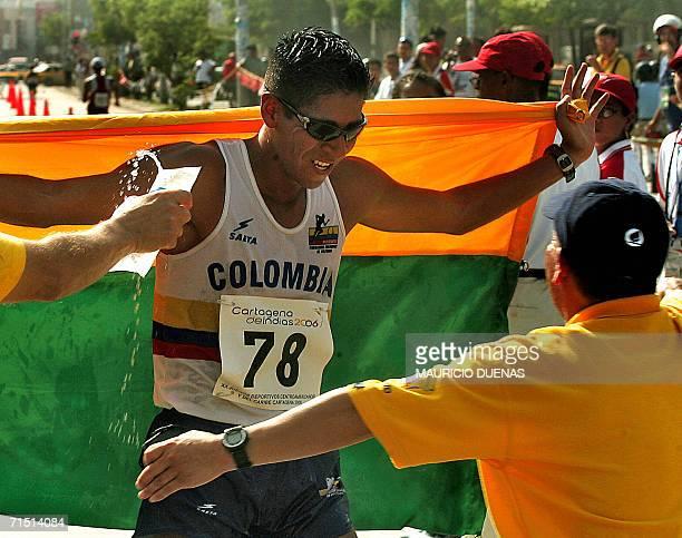 El colombiano Luis Lopez cruza la meta para ganar la prueba de Marcha 20 km de los XX Juegos Centroamericanos y del Caribe el 25 de julio de 2006 en...