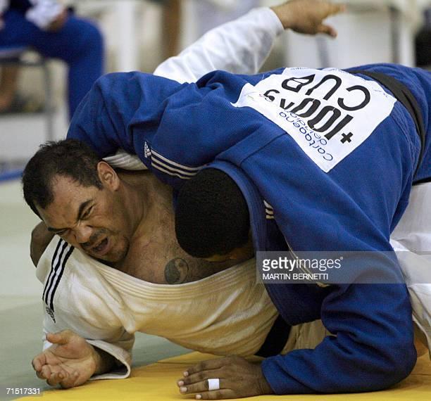 El judoka de Honduras Luis Moran lucha contra el cubano Oscar Brayson en la final de judo masculino categoria 100 kilos en Cartagena Colombia el 25...