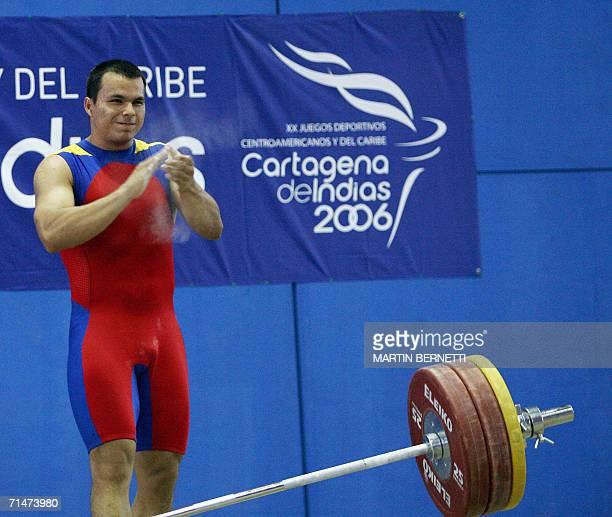 El pesista colombiano Hector Ballesteros festeja tras levantar 162 kilos en la modalidad de arranque obteniendo la medalla de oro en Cartagena el 18...