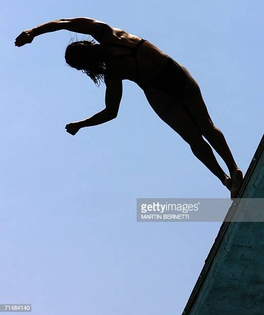 La clavadista cubana Yaima Mena realiza su rutina en la categoria plataforma de 10 metros en la ciudad de Cartagena el 19 de julio de 2006 durante...