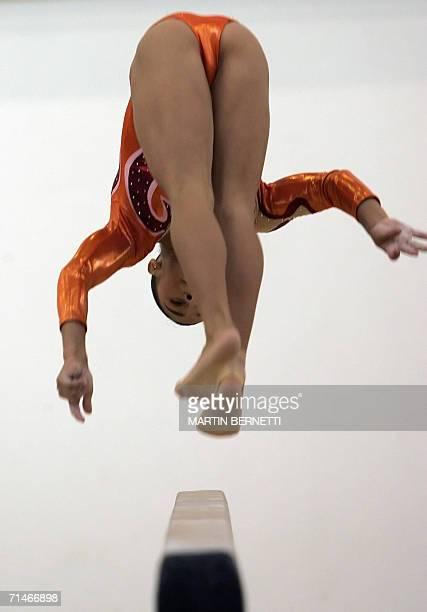 La gimnasta mexicana Maricela Cantu ejecuta su rutina durante la competencia de gimnasia artistica categoria barra de equilibrio en Cartagena...
