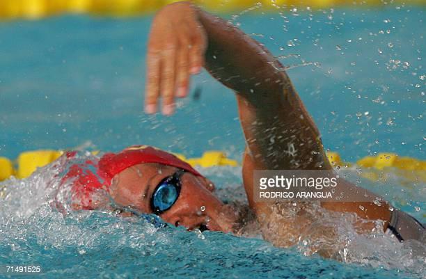 La nadadora Erin Volcan de Venezuela compite en la prueba 200 mts libres para ganar la medalla de Plata el 20 de julio de 2006 en Cartagena durante...