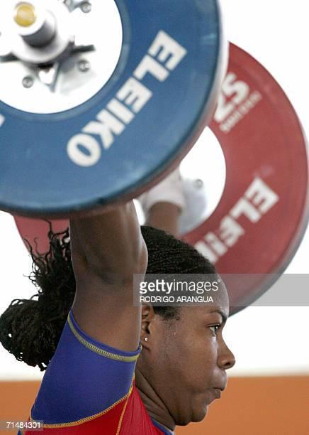La pesista Carmenza Delgado de Colombia compite en la categoria 75Kg arranque levantando 118 kg para ganar medalla de oro el 19 de julio de 2006 en...