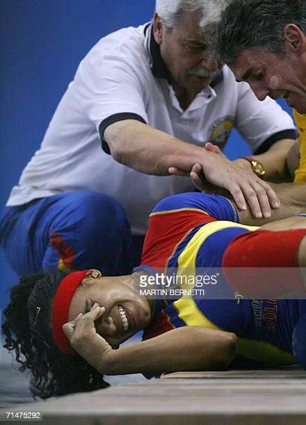 La pesista colombiana Angela Medina se lesiona despues de levantar 102 kilos ganando la medalla de oro en la categoria de 69 kilos modalidad arranque...