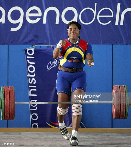 La pesista colombiana Carmenza Delgado celebra tras competir en la categoria 75 kg envion tras de levantar 143 Kg para ganar la medalla de oro el 19...