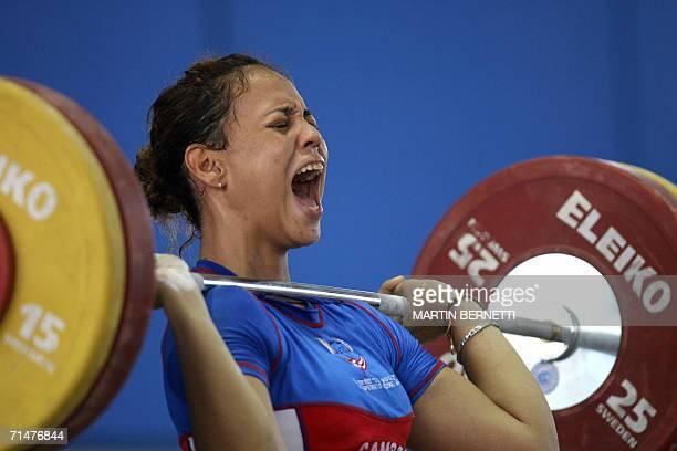 La pesista de Puerto Rico Norma Figueroa intenta levantar 100 kilos ganando medalla de bronce en la categoria de 69 kilos modalidad envion en la...