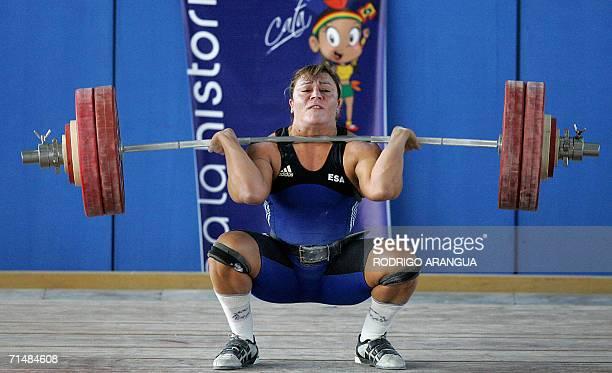 La pesista Eva Dimas de El Salvador en categoria 75kg Envion levanta 142 Kg para ganar la medalla de Plata el 19 de julio de 2006 en Cartagena...