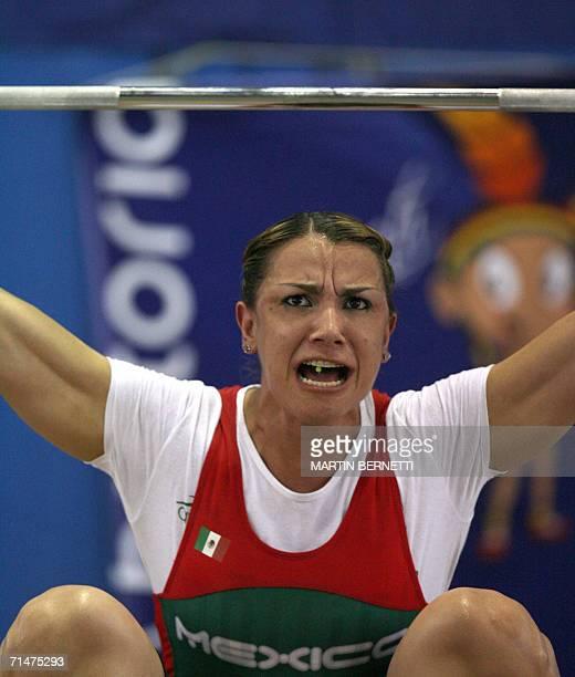 La pesista mexicana Cinthia Dominguez intenta levantar 102 kilos ganando la medalla de plata en la categoria de 69 kilos modalidad arranque en la...