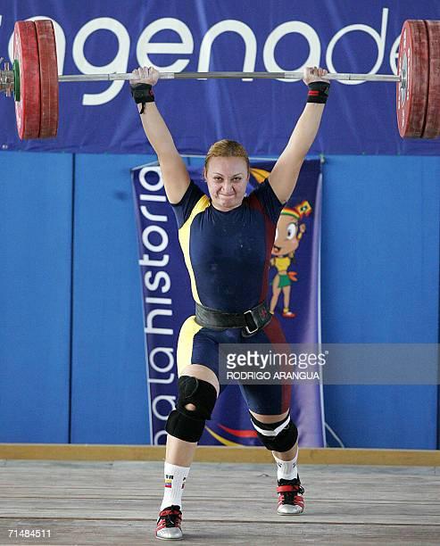 La pesista venezolana Claret Bellorin compite en la categoria 75kg envion levantando 122 Kg para ganar la medalla de plata el 19 de julio de 2006 en...