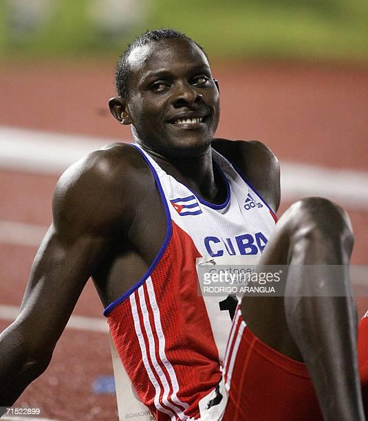 Yeimer Lopez de Cuba sonrie luego de ganar medalla de oro en la prueba de los 400 m el 26 de julio de 2006 en la ciudad de Cartagena durante los XX...