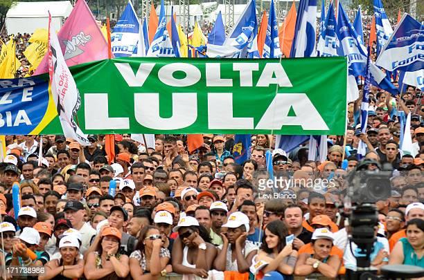 Cartaz pedindo a volta do ex presidente Luis Inácio Lula da Silva durante comemorações do Dia do Trabalho na Praça Campo de Bagatelle em São Paulo