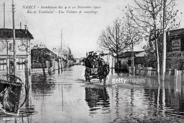 Carte postale ancienne avec un timbre représentant les rues de Nancy inondées lors de la crue en novembre 1910 à Nancy France