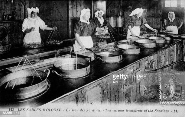 Carte postale illustrée par la photographie de la cuisson des sardines Les Sables d'Olonnes en France