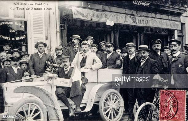 Carte postale illustrée par la photographie de l'équipe du contrôle du Tour de France en 1906 à Amiens en France