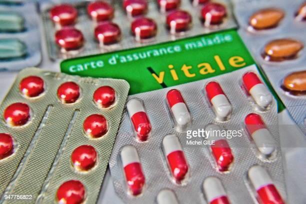 Carte vitale et plaquettes de médicaments
