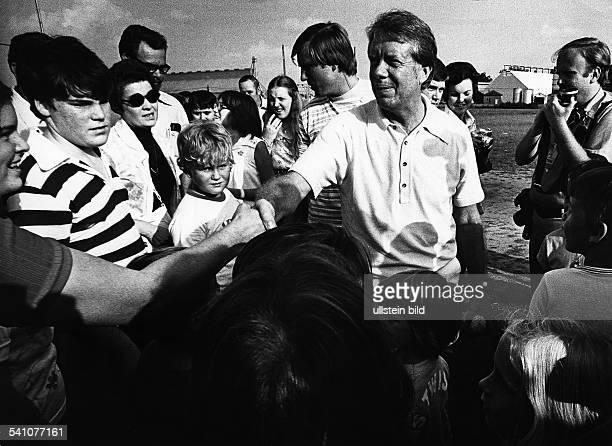 Carter Jimmy *Politiker USA Praesident 19771981Friedensnobelpreis 2002 auf seiner Farm in Plains Georgia umringt von Besuchern 1976