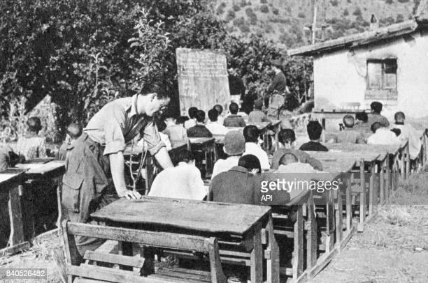 Cartes postales de propagande de l'armée française représentant un instituteur militaire dans une école en Algérie, circa 1950.
