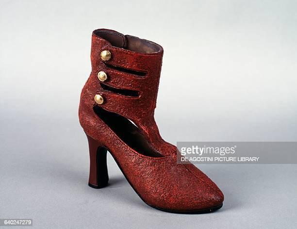Carvet heeled ankle boots with side gilded buttons russet
