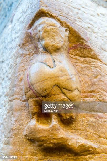 a carving of an owl  at the church of notre dame. - dijon photos et images de collection