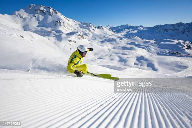 Skulptur auf präparierten ski laufen
