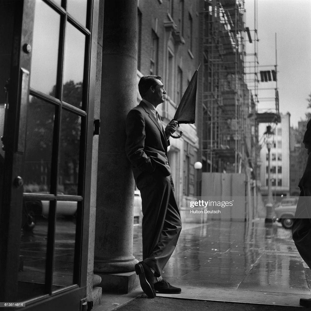 Cary Grant on Rainy Street : News Photo