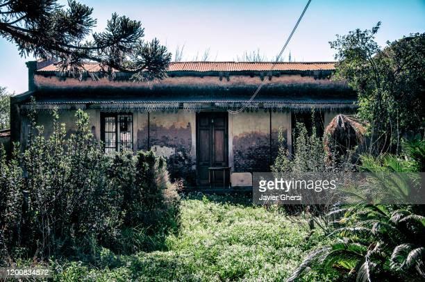 casa antigua en la ciudad de las flores, buenos aires, argentina. - casa stockfoto's en -beelden
