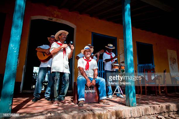 casa de la finca guachinango musicians - merten snijders stock pictures, royalty-free photos & images