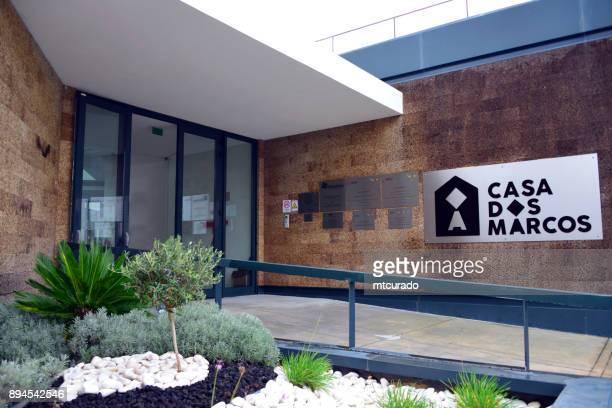 casa dos marcos, een centrum voor zeldzame ziekten, uitgevoerd door de vereniging rarissimas, moita, portugal - casa stockfoto's en -beelden