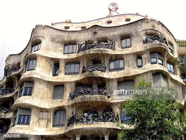 Casa Mila La Pedrera Gaudí realizó esta fantástica casa de formas onduladas que parecen tener vida antes de dedicarse por completo a las obras de la...
