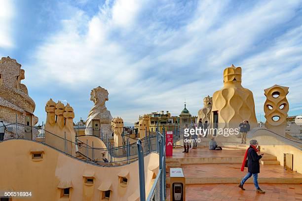casa mila auf dem dach in barcelona - casa stock-fotos und bilder