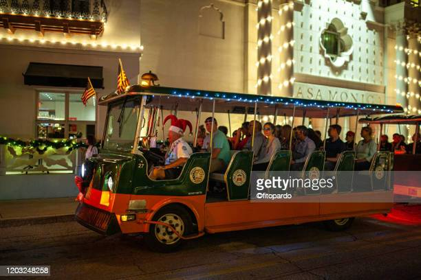 casa monica and a tour bus at st augustine - casa stockfoto's en -beelden