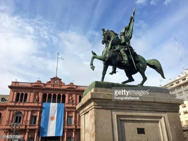 casa rosada celebra el día de la independencia - bandera argentina fotografías e imágenes de stock